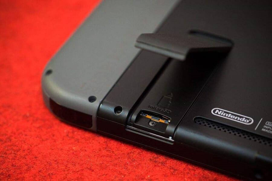Nintendo Switch Speicherkarte einlegen